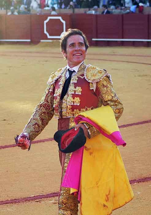 Eduardo Dávila Miura pasea la oreja del cuarto toro de Miura. (FOTO: Javier Martínez)