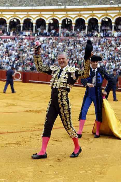 Espartaco pasea la primera de las dos orejas ganadas hoy en su adiós al toreo. (FOTO: lamaestranza.es)