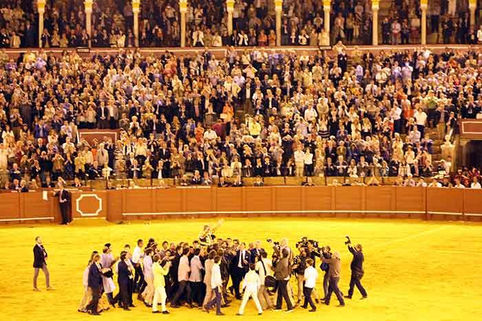 Los toreros sacan a hombros por la Puerta del Príncipe a Espartaco.