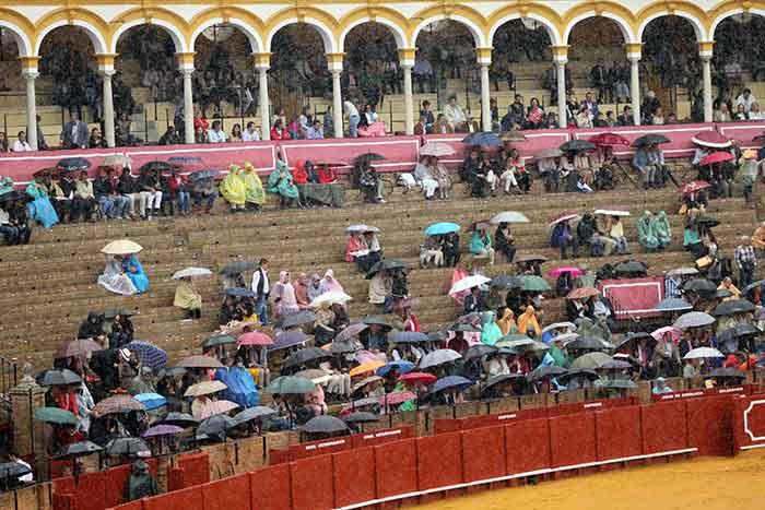 Media plaza cubierta, festejo incómodo con fresco, viento y lloviznas a ratos.