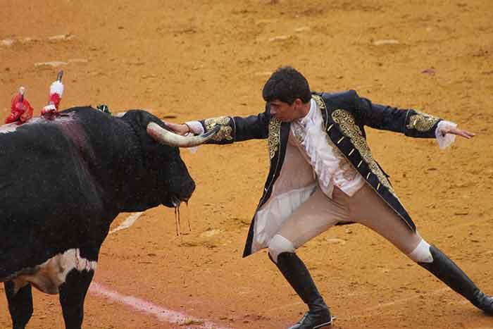 El portugués Joao Moura se adorna en los instantes finales.