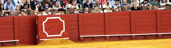 Los gañoteros (entran de gañote, gratis) del burladero de la Junta de Andalucía hoy martes.