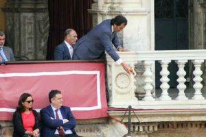 El presidente José Luque Teruel lanza la llave de los toriles a los alguacilillos para que la entreguen al torilero.