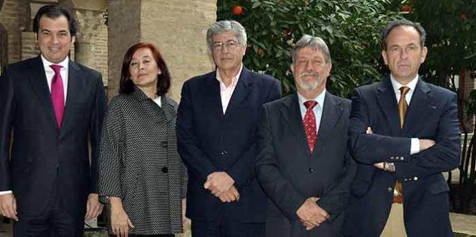 El delegado de la Junta de Andalucía, Juan Carlos Raffo, en el centro, arropado por los cuatro presidentes de la Maestranza.