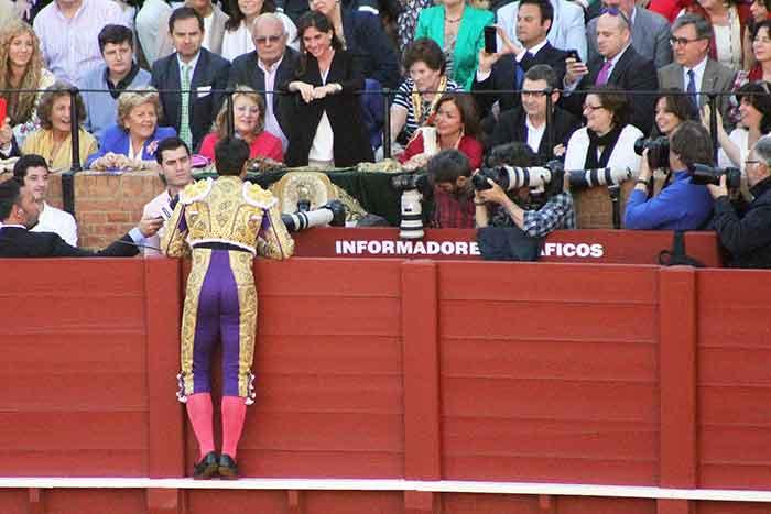 Francisco Rivera Ordóñez le brinda el toro a su mujer,