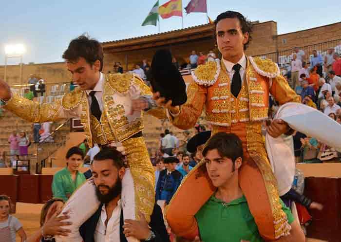 Lagartijo y Galdós, a hombros.