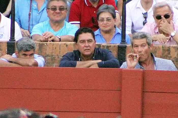 Curro Javier, Tomás Campuzano y Curro Durán, pendientes de la lidia.