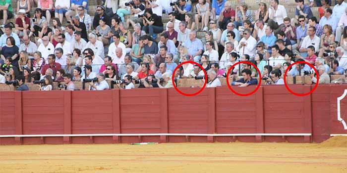 Plazas vacías de prensa gráfica; incluso una de las plazas ocupadas por una persona ajena al burladero, sin que el delegado de la Junta de Andalucía intervenga.