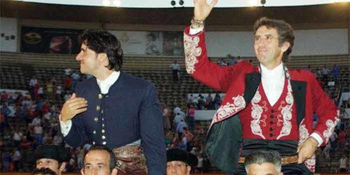 Diego Ventura, a hombros hoy en Badajoz junto a Hermoso de Mendoza. (FOTO: Gallardo/ badajoztaurina.com)