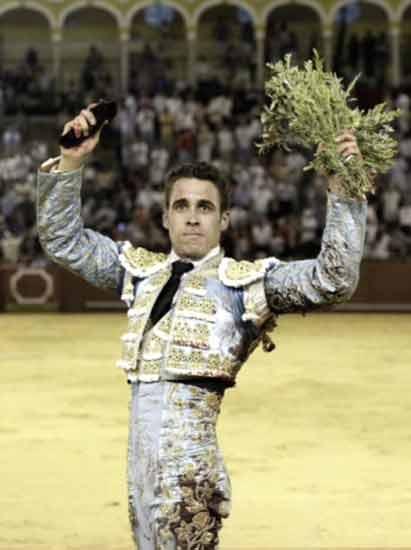 El sevillano David, Martín, con la única oreja concedida en la final de las novilladas de promoción. (FOTO: Arjona)