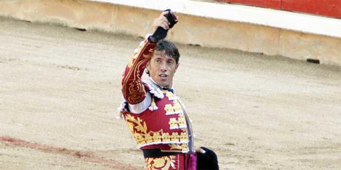 El sevillano Manuel Escribano, con la oreja del primer toro de Miura hoy en Pamplona.