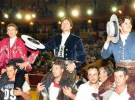 Diego Ventura, a la derecha, a hombros en Huelva con Mendoza y Romero. (FOTO: Xosé Andrés)