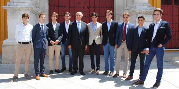 El empresario de la Maestranza, Ramón Valencia, junto a los nueve aspirantes anunciados en el ciclo. (FOTO: Toromedia)