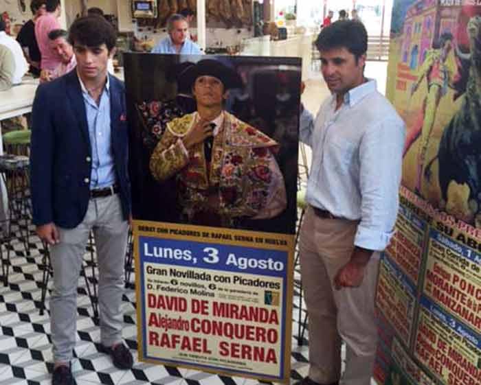 Rafa Serna, a la izquierda, junto al cartel de su debut con picadores den Huelva y su apoderado, Francisco Rivera Ordóñez. (FOTO: Manuel Vasco)