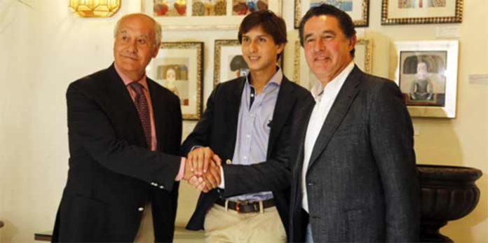 El novillero peruano Roca Rey sella el acuerdo de apoderamiento con Ramón Valencia y José Antonio Campuzano.