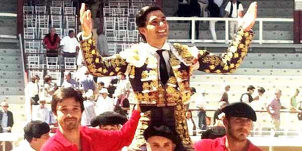 Pablo Aguado, a hombros esta mañana en Bayona (Francia).