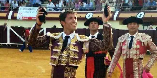 Manuel Escribano, con las dos orejas de su primer toro hoy en Vera (Almería).