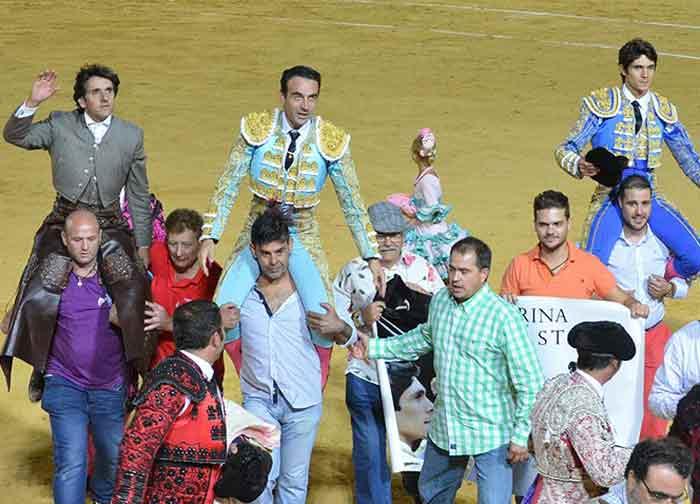 Diego Ventura, Enrique Ponce y Sebastián Castella, a hombros hoy sábado en Utrera. (FOTO: Utrera Digital)