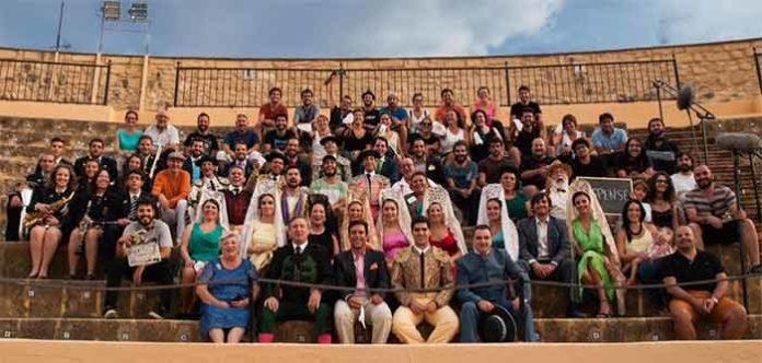 Todos los integrantes del cortometraje 'La plaza', rodado en la plaza de Osuna. (FOTO: Círculo Cultural Taurino de Osuna)