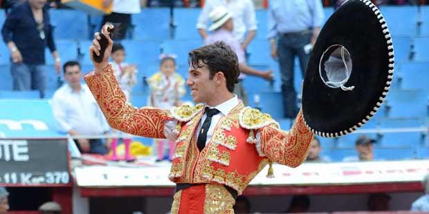 Rafa Serna, con la oreja de su presentación en la Plaza Monumental de México.