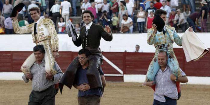 Diego Ventura, en el centro, a hombros hoy en Consuegra (Toledo).