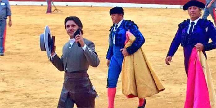 El rejoneador sevillano Diego Ventura, con una de las dos orejas que ha cortado hoy domingo en la plaza de Murcia.