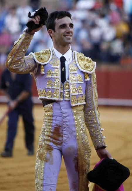 Miguel Ángel Delgado, con la oreja del quinto. (FOTO: Arjona / Pagés)