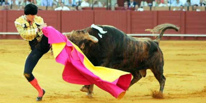 Instante en el que Esaú Fernández es cogido por la pierna izquierda. (FOTO: Javier Martínez)