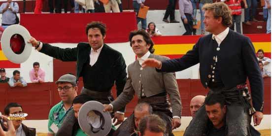 Diego Ventura, flanqueado por Andrés Romero y Fermín Bohórquez, a hombros hoy en Zafra. (FOTO: Gallardo / Badajoz Taurina)