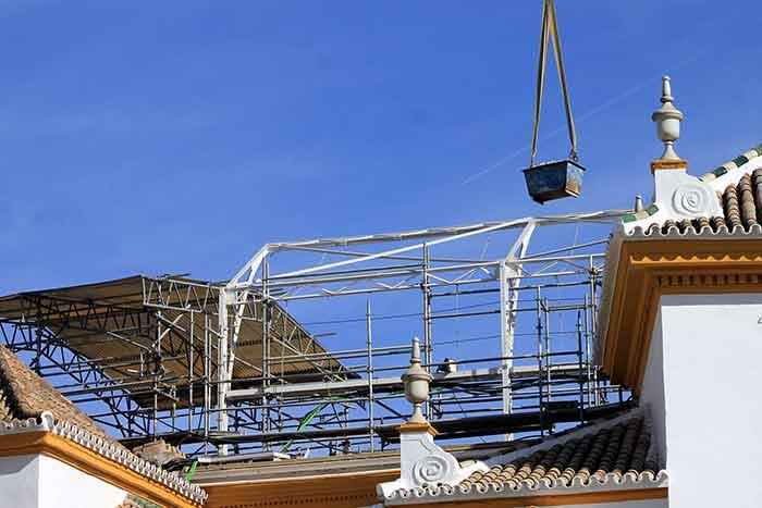 El tejadillo y sus tejas han desaparecido, quedando las gradas sin techumbre. (FOTO: Javier Martínez)