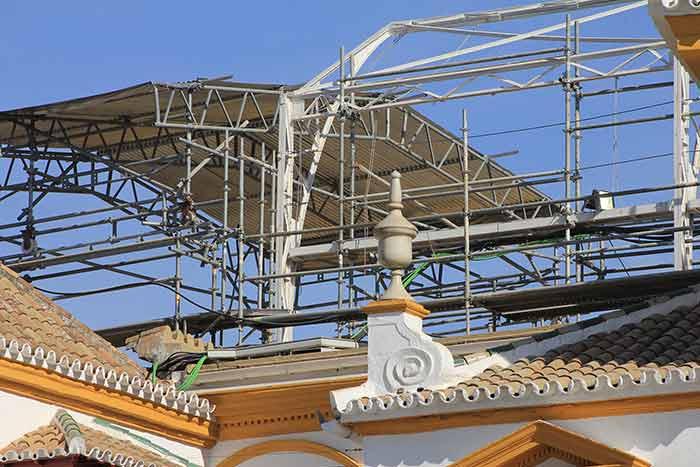 Unos complejos andamiajes se han instalado sobre las gradas y tendidos de las reformas. (FOTO: Javier Martínez)