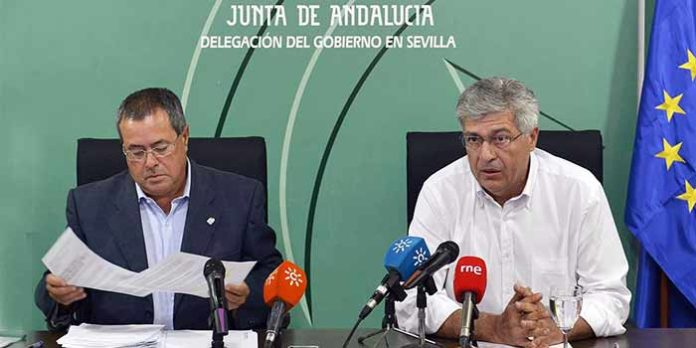 A la izquierda, el delegado de Educación de la Junta en Sevilla, Francisco Díaz Morillo, actual delegado de la Junta en Sevilla en funciones. A la derecha, Juan Carlos Raffo, que acaba de cesar como delegado tras poco más de medio año para optar al Senado el próximo domingo.