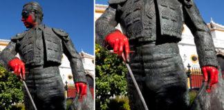 Estado en el que quedó la estatua de Curro, sin que la limpiara de inmediato el Ayuntamiento.