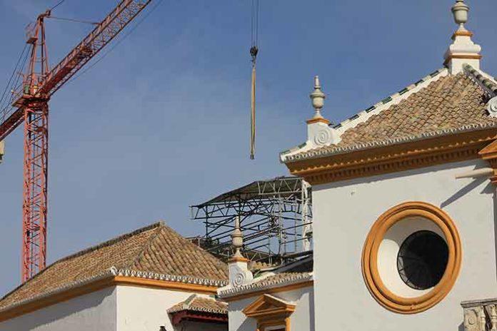 Actuales obras en los tejadillos de los palcos maestrantes, pero sin acometerse las obras de obligada adecuación de seguridad en los tendidos de sol. (FOTO: Javier Martínez)