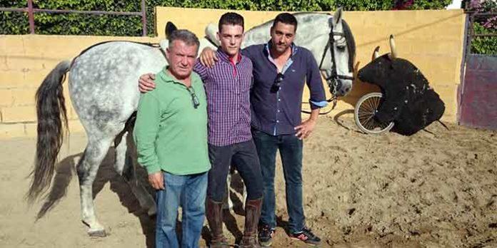 El joven rejoneador sevillano José Manuel Fernández, con sus nuevos apoderados.