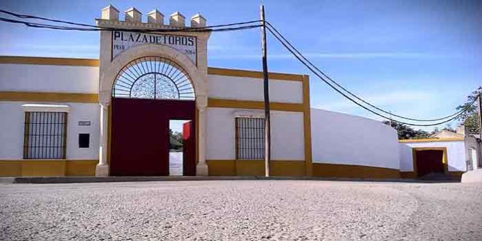 Fachada de la plaza sevillana de Alcalá del Río.