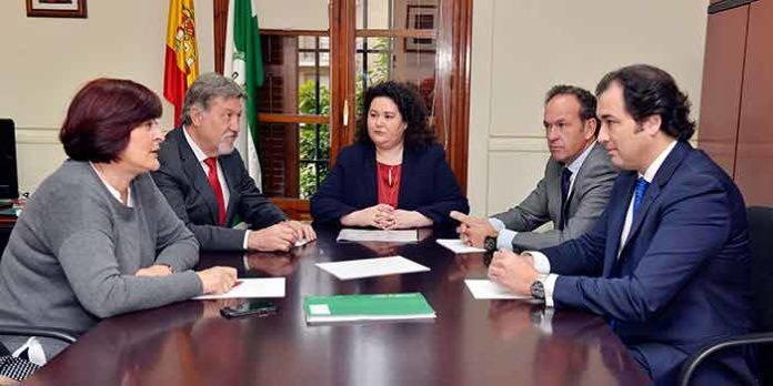 Los cuatro presidentes de la Maestranza con la nueva delegada de la Junta de Andalucía en Sevilla.