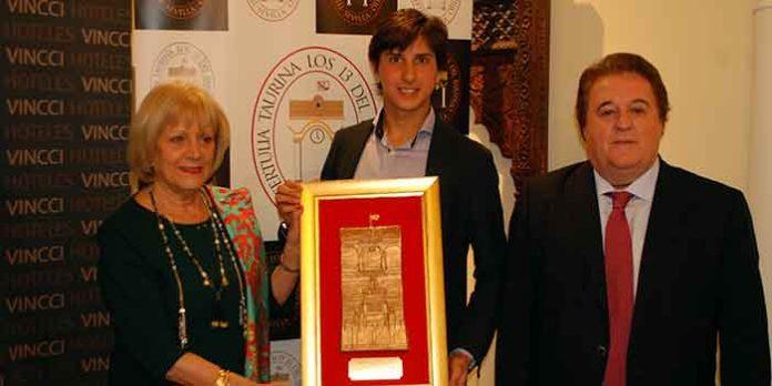 El torero Roca Rey recibe el premio de la sevillana Tertulia Taurina 'Los 13'.