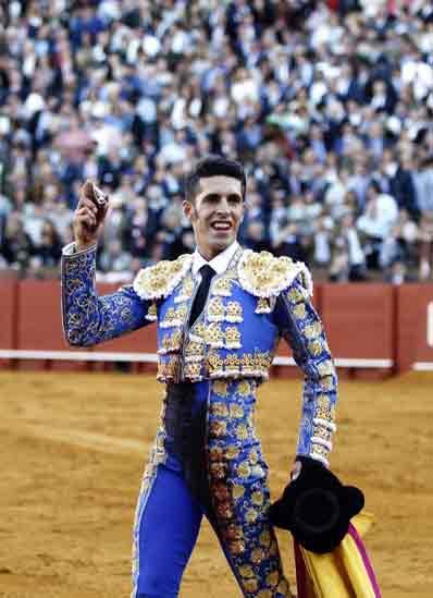 Talavante, con la oreja en su regreso a Sevilla tras dos años ausente. (FOTO: Arjona)