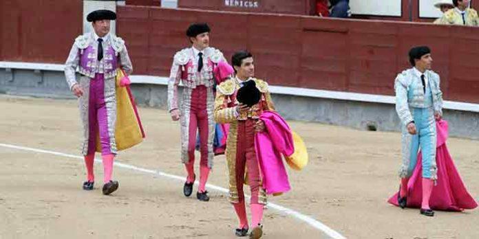 Pablo Aguado y su cuadrilla en la vuelta al ruedo hoy en Las Ventas. (FOTO: Jöel Buravand)