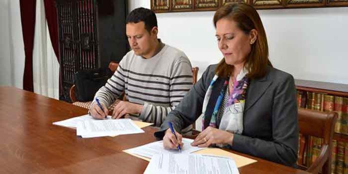 El nuevo empresario Alberto García y la alcaldesa de Osuna, Rosario Andújar, firman el contrato de explotación de la plaza.