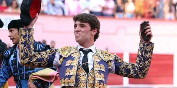El novillero sevillano Rafa Serna con la oreja lograda en Aguascalientes.
