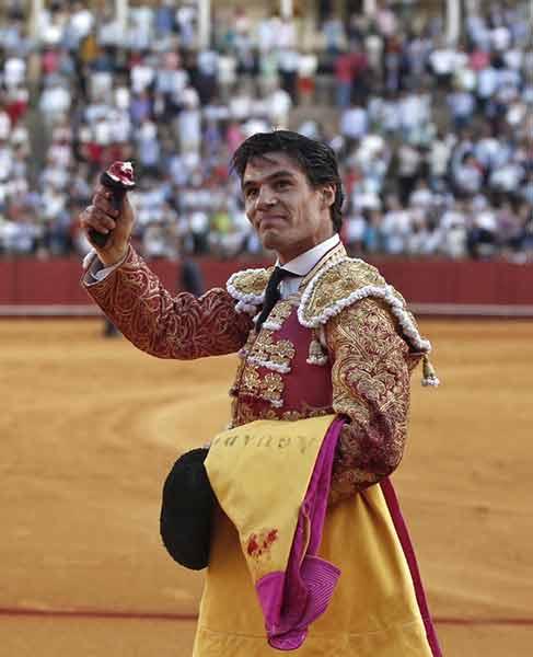 Pablo Aguado, con la oreja del cuarto. (FOTO: Arjona)
