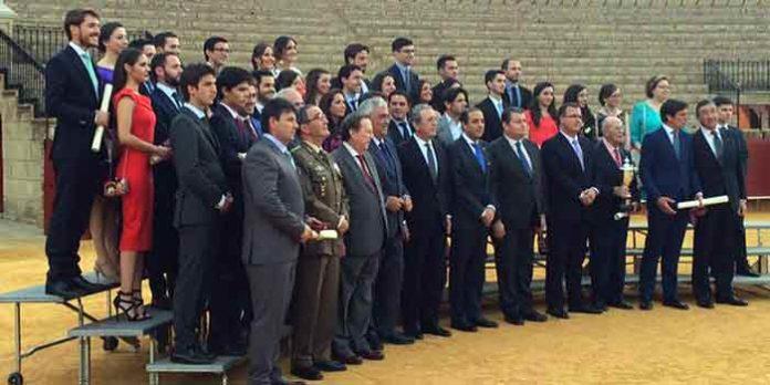 Foto de los toreros y unversitarios premiados. (FOTO: Arizmendi)