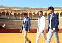 Rafa Serna, Alfonso Cadaval y Pablo Aguado, paseíllo de calle en la Maestranza previo al de luces de esta tarde de Corpus. (FOTO: Pagés)