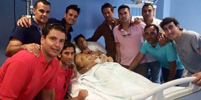 Manuel Escribano, recibe unos minutos la visita de su cuadrilla al completo tras la segunda operación de urgencia hoy en Alicante.
