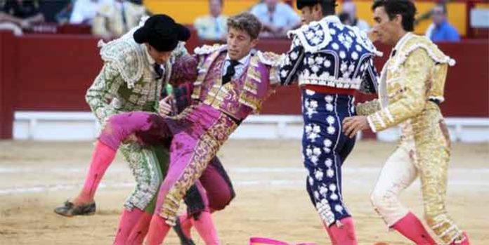 Gran hemorragia del paquete femoral de Escribano nada más porducirse la cornada. (FOTO: abc.es)