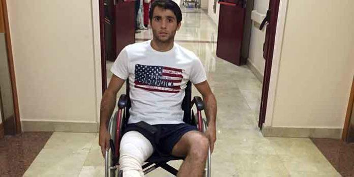 Rafa Serna, saliendo del hospital madrileño nueve días después de la gravísima cornada.
