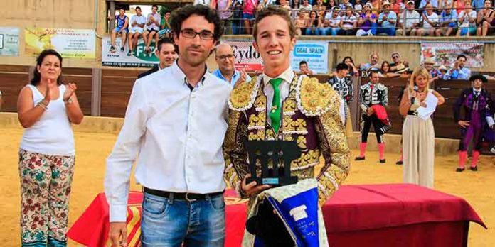 Calerito recibe el trofeo como 'Triunfador'.