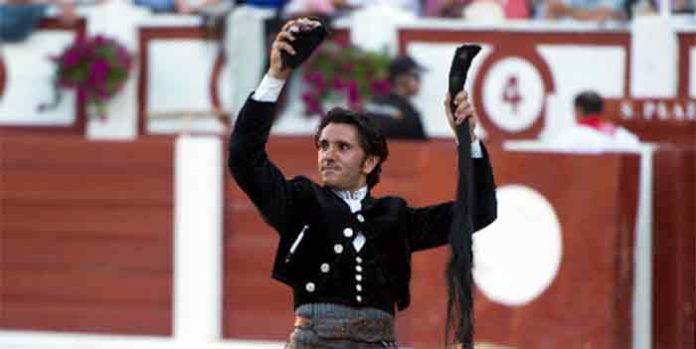 Diego Ventura, con las dos orejas y el rabo del segundo toro de su lote esta tarde en la Feria de Gijón.